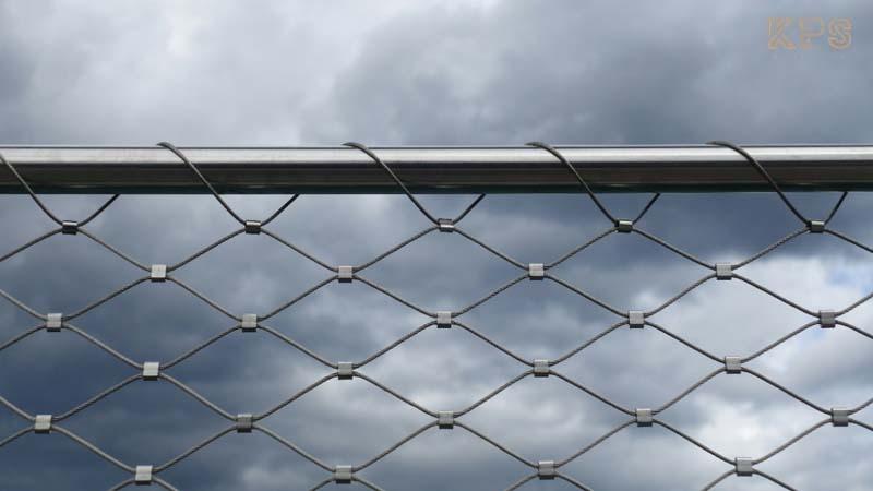 tambah sentuhan rumah gaya industrial dengan railing wiremesh